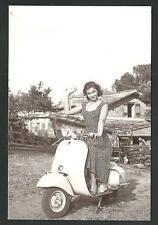 Lorella De Luca su Vespa Piaggio - riprod. moderna di foto d'epoca - cartolina