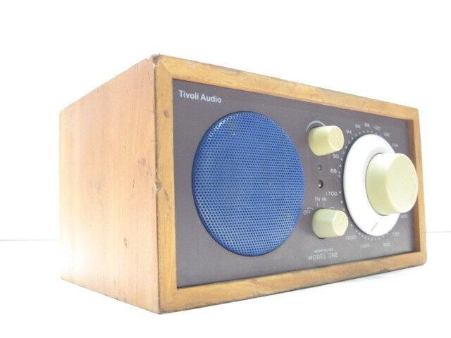 La radio de escritorio de Tivoli Audio Model one am fm no tiene control remoto.