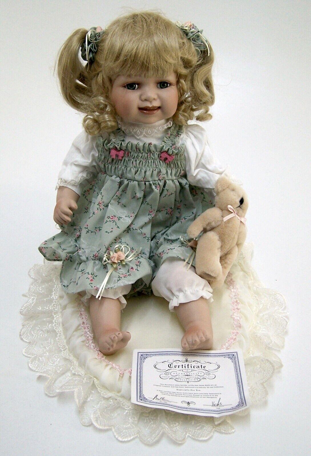Sammlerpuppe mit Porzellankopf   Mädchen mit Teddy & Sitzdecke   sitzend H 31cm