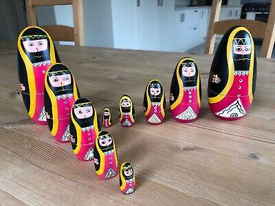 2 Set Di Cinque Bambole Russe A Matrioska Dipinti A Mano In Legno Ottime Condizioni-mostra Il Titolo Originale Famoso Per Materie Prime Di Alta Qualità, Gamma Completa Di Specifiche E Dimensioni E Grande Varietà Di Design E Colori