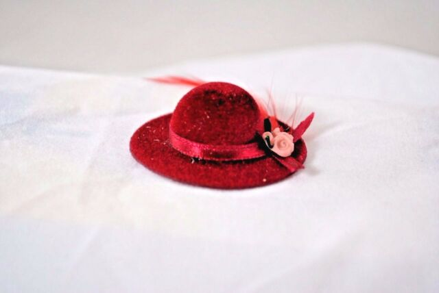 Lady/'s Red hat with feather dollhouse Classics Miniatures IM65572 1//12 scale