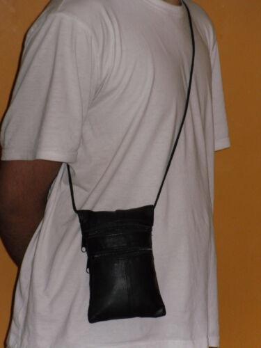 Un col en cuir souple sac à main avec fenêtre transparente à l/'arrière et 3 poches zippées.