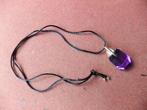 Kette-mit-violettem-durchsichtigem-Anhaenger-in-gold-farbener-Fassung