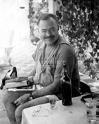 RT110 ERNEST HEMINGWAY AT HOME AT FINCA VIGIA IN 1946-8X10 PHOTO