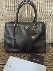 f7740eb9b6ac3 Das Bild wird geladen Prada-Tasche-Schwarz-Inklusive-Taschenanhaenger