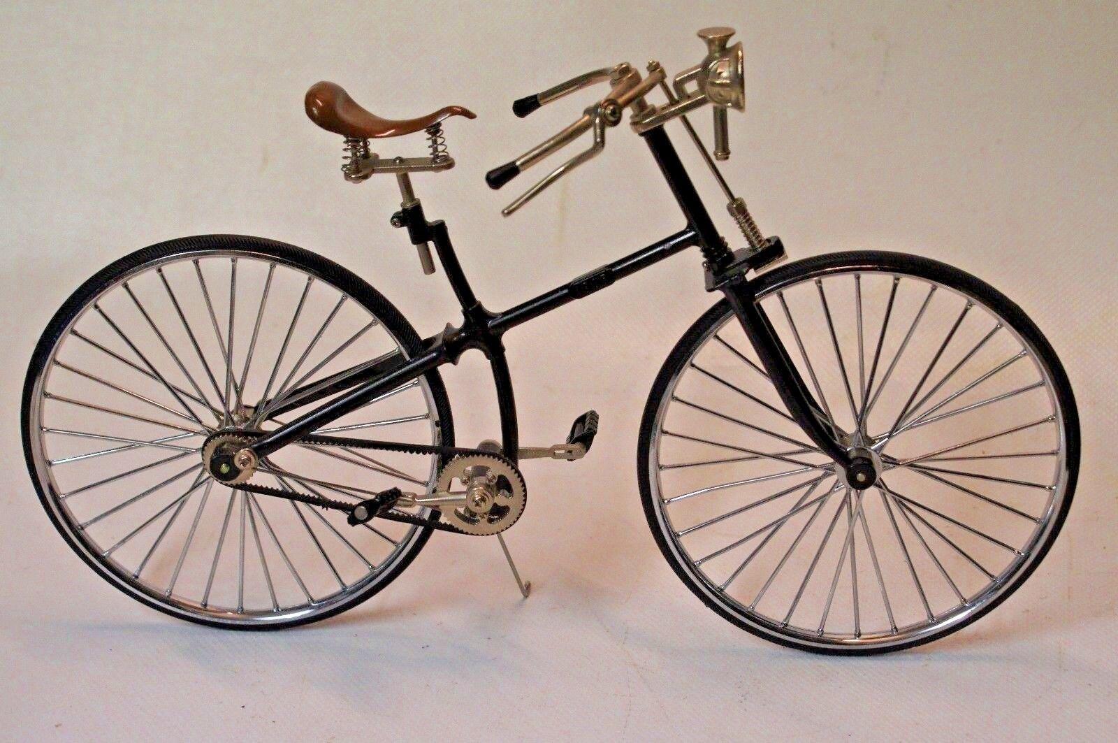 BICYCLETTE 1885  MINIATURE EN MÉTAL ET  PLASTIQUE 1 10