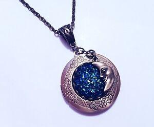 nuovo stile 4b737 5acfc Dettagli su Collana Portafoto Luna Cabochon Blu effetto Galassia Universo  Moon Victorian