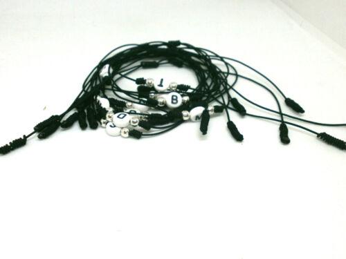 """Pulseras /""""INICIALES/"""" charm en fondo blanco y letra en negro Hilo negro"""