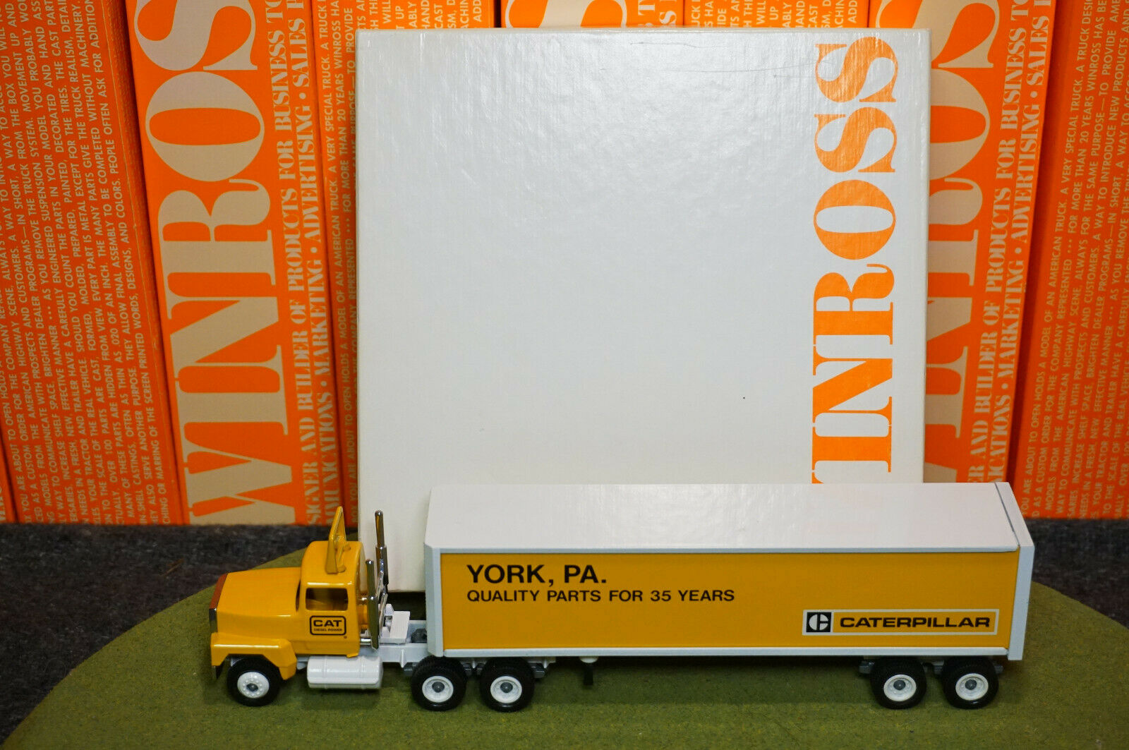 WINROSS DIECAST 1 64 SCALE Camion CATERPILLAR Cargo 35th 1988