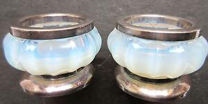 2 salières, salerons Art Déco métal argenté et cristal opalescent, Verlys-Sabino - France - Salerons opalescents: Verlys-Sabino. Ancienne paire de salerons ronds, facettes, en cristal opalescent blanc et bleuté. L'ouverture est en métal argenté. Le saleron repose sur un socle en métal. Hauteur: 3,5 cm. Diamtre: 5 cm. Bon état, sans - France