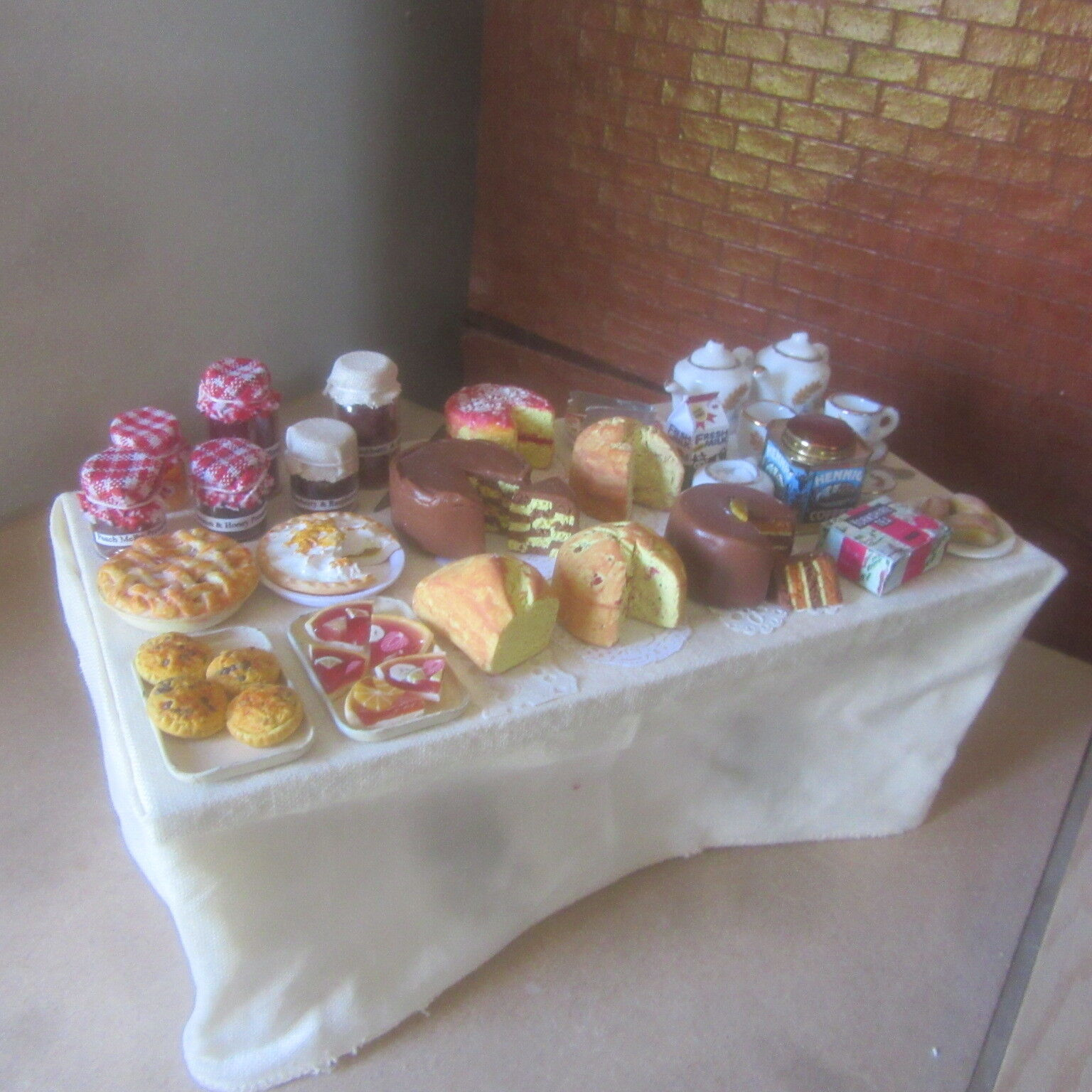Dolls House Food   Display on  Large Kitchen Table Weiß Cloth to Fußboden  BM307