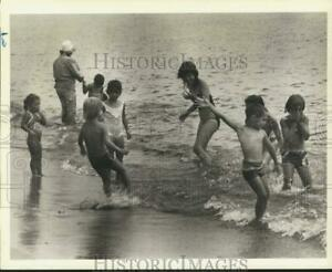 1983-Press-Photo-Kids-at-Midland-Beach-during-summer-time-sia11509