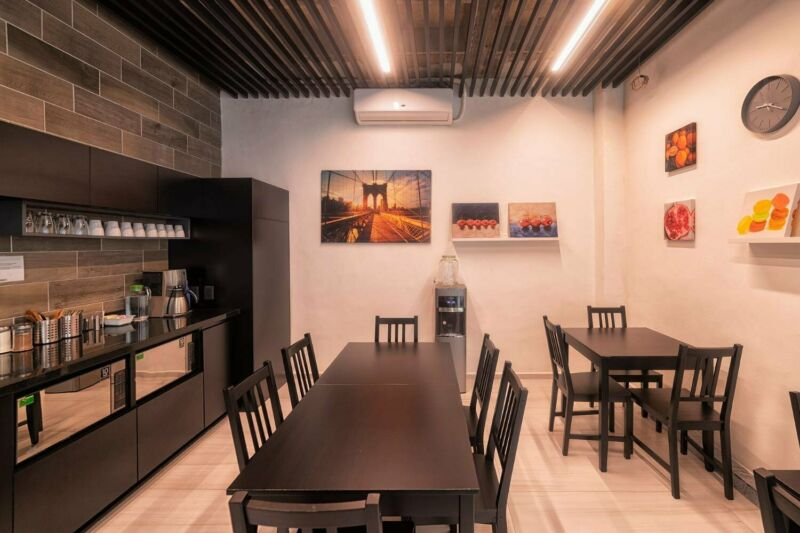 ¡Renta tu oficina en la  exclusiva Torre de San Mateo - 50% de DESCUENTO para 3 personas!