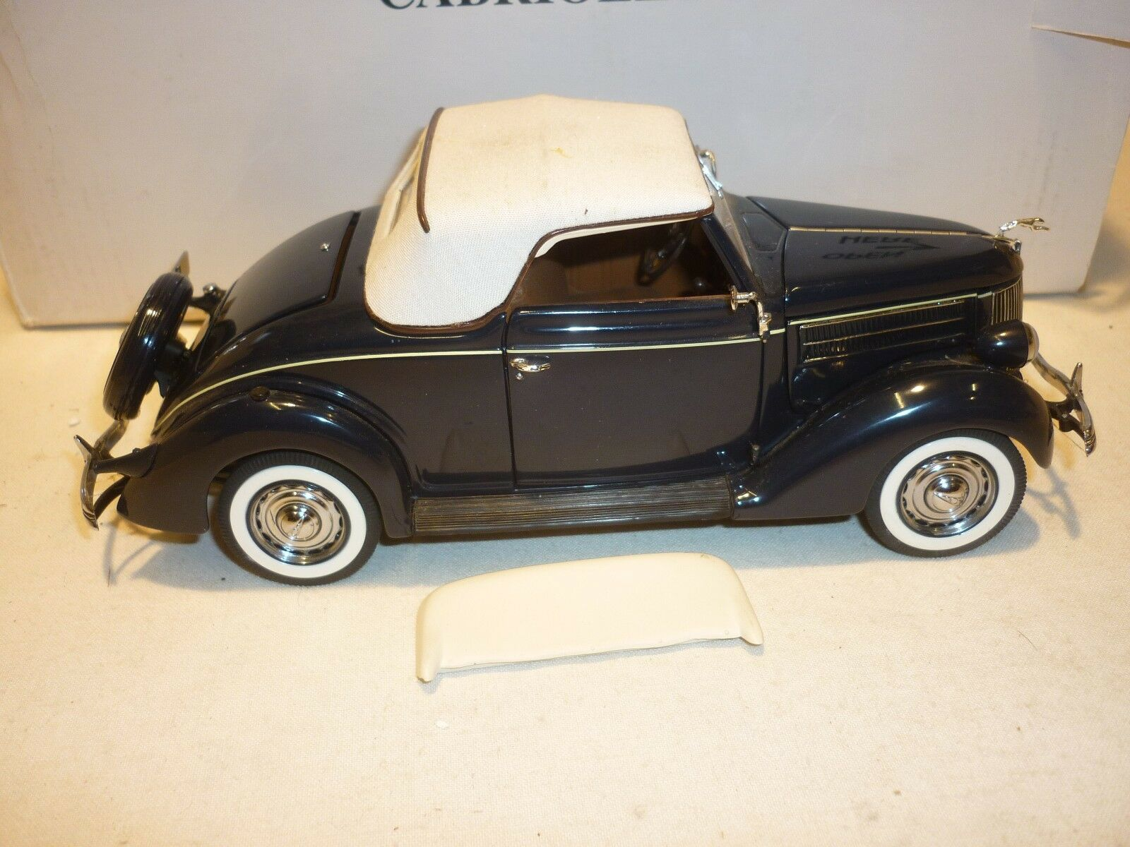 Un Danbury Comme neuf 1936 FORD DELUXE CABRIOLET (boxed.)