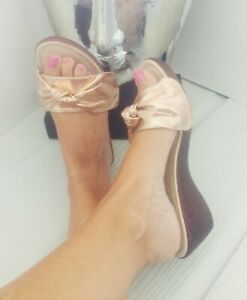 WOMENS-GIRLS-UK-NEW-WEDGES-MULES-SLIP-ON-ROSE-BOW-GOLD-HOLIDAY-SUMMER-SHOES-SIZE
