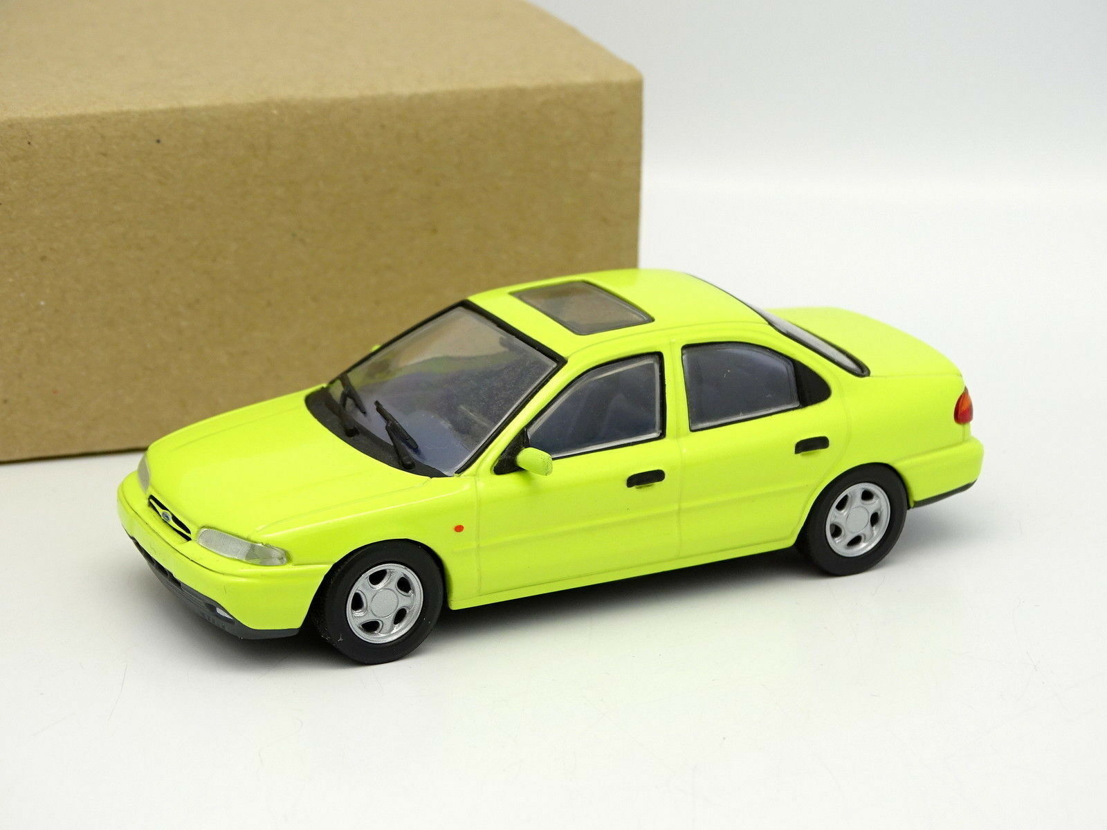 Minichamps SB 1 43 - Ford Mondeo yellow 4 Portes