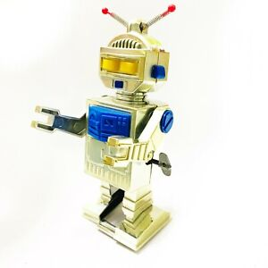 Vintage-USSR-wind-up-Clockwork-ROBOT-in-great-condition-collectible