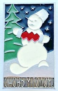 USSR SOVIET RUSSIAN PIN. HAPPY NEW YEAR! SNOWMAN PLAYING BELLOWS HARMONICA. MMD