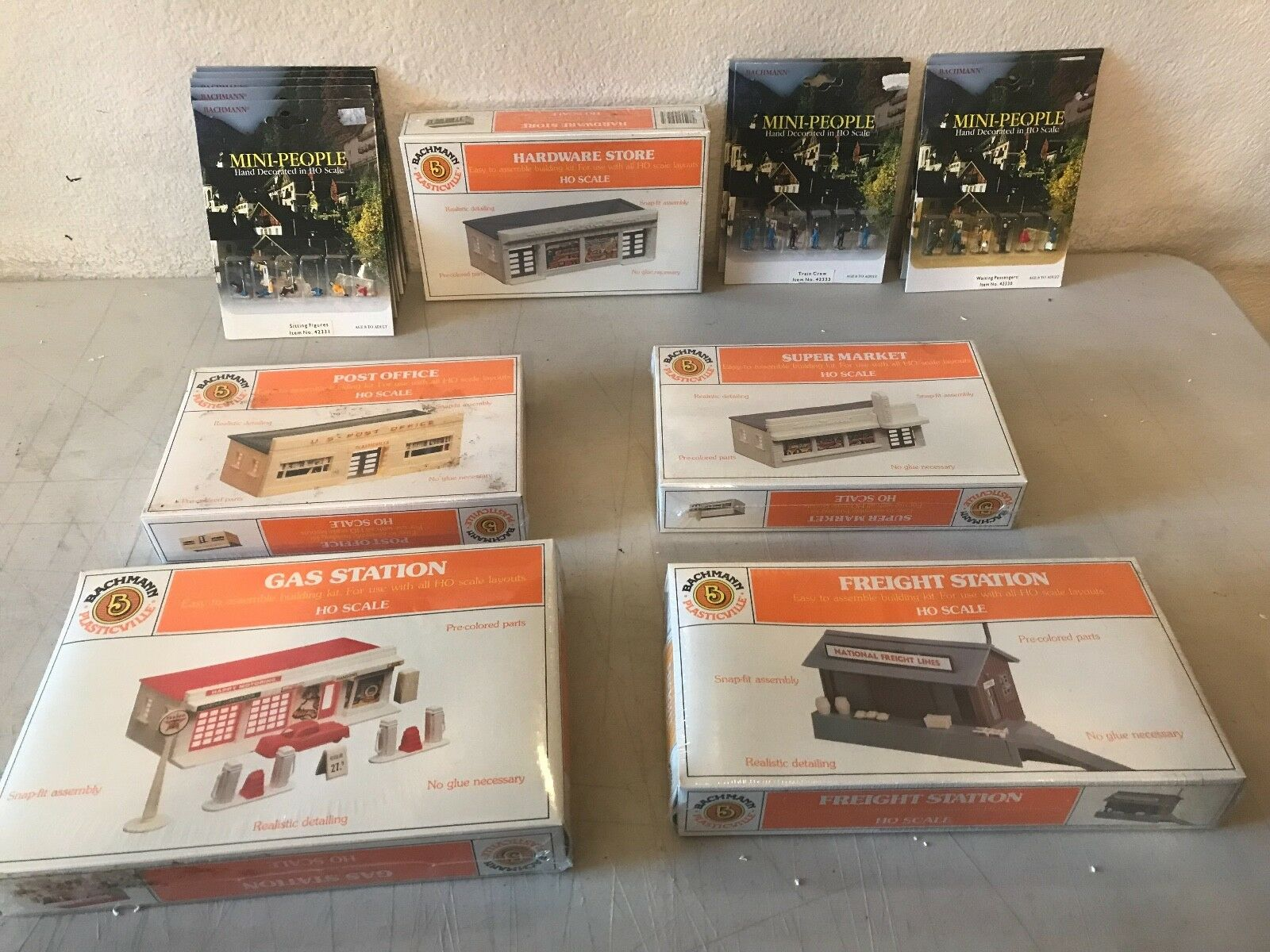 Collection Of Bachmann HO HO HO Scale Buildings and People 1c8126