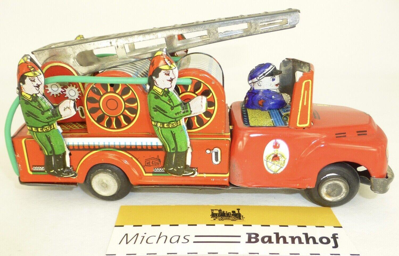 Un juguete para un tren cisterna con un estante.