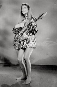 Elizabeth-Montgomery-1968-Vintage-Press-Photo-Bewitched-Serena-Hippie-Date-Stamp