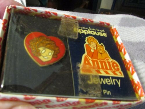 VINTAGE 1982 ANNIE HEART SHAPE PIN IN ORIGINAL BOX ANNIE JEWELRY APPLAUSE