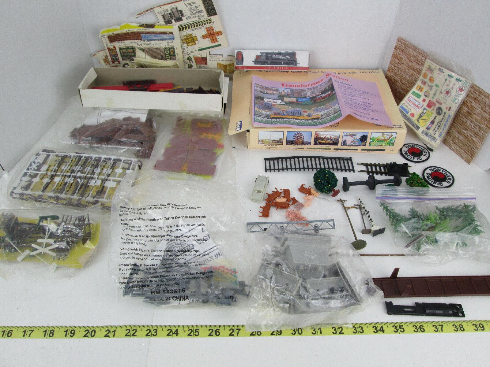 Lote de Misc Juguete Tren railside Accesorios Decoraciones Estación de kits de paisaje