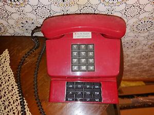 Altes-rotes-Post-Telefon-funktioniert-Vintage-mit-ausziehbarem-Ziffernblock