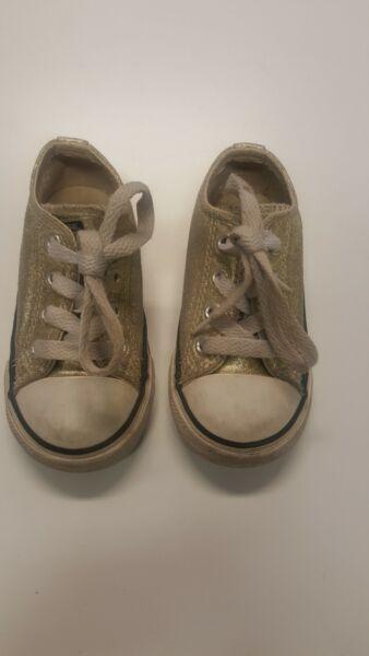 Vendita Calda Utilizzato Per Bambini Converse Sneaker Uk 6 Infont Dimensioni Senza Ritorno