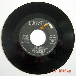 1982-039-S-45-R-P-M-RECORD-DARYL-HALL-amp-JOHN-OATES-ONE-ON-ONE-ART-OF-HEARTBREAK