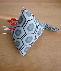 HonnêTe Grand En Croissant Broche Coussin Pyramide Design Tissu à Coudre Aide Pins Gris Noir-afficher Le Titre D'origine éLéGant Dans Le Style