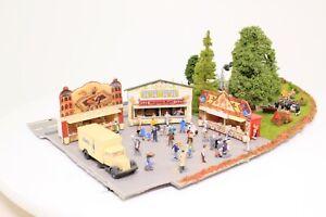 Diorama-Spur-N-Jahrmarkt-Kirmes-mit-Blaskapelle-Strassenszene-fertig-aufgebaut