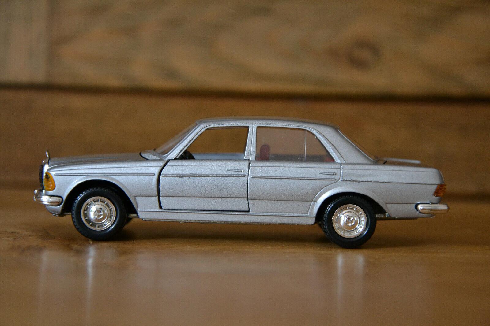 W123 Limousine 200D 240D 250 Mercedes Benz von Cursor in 1 35 in silber sehr gut