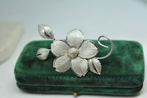 Vintage-Sterling-silver-brooch-pin-with-a-detailed-flower-design-P855