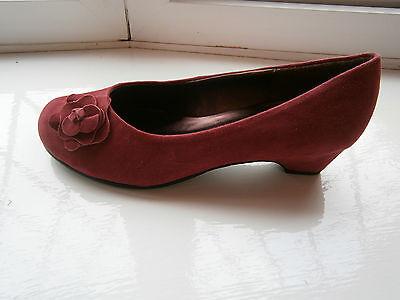 The SHOE Tailor Damas Bajo Tacón Alto Zapato De Gamuza Rojo Talla 4 e (ajuste estándar) Oferta
