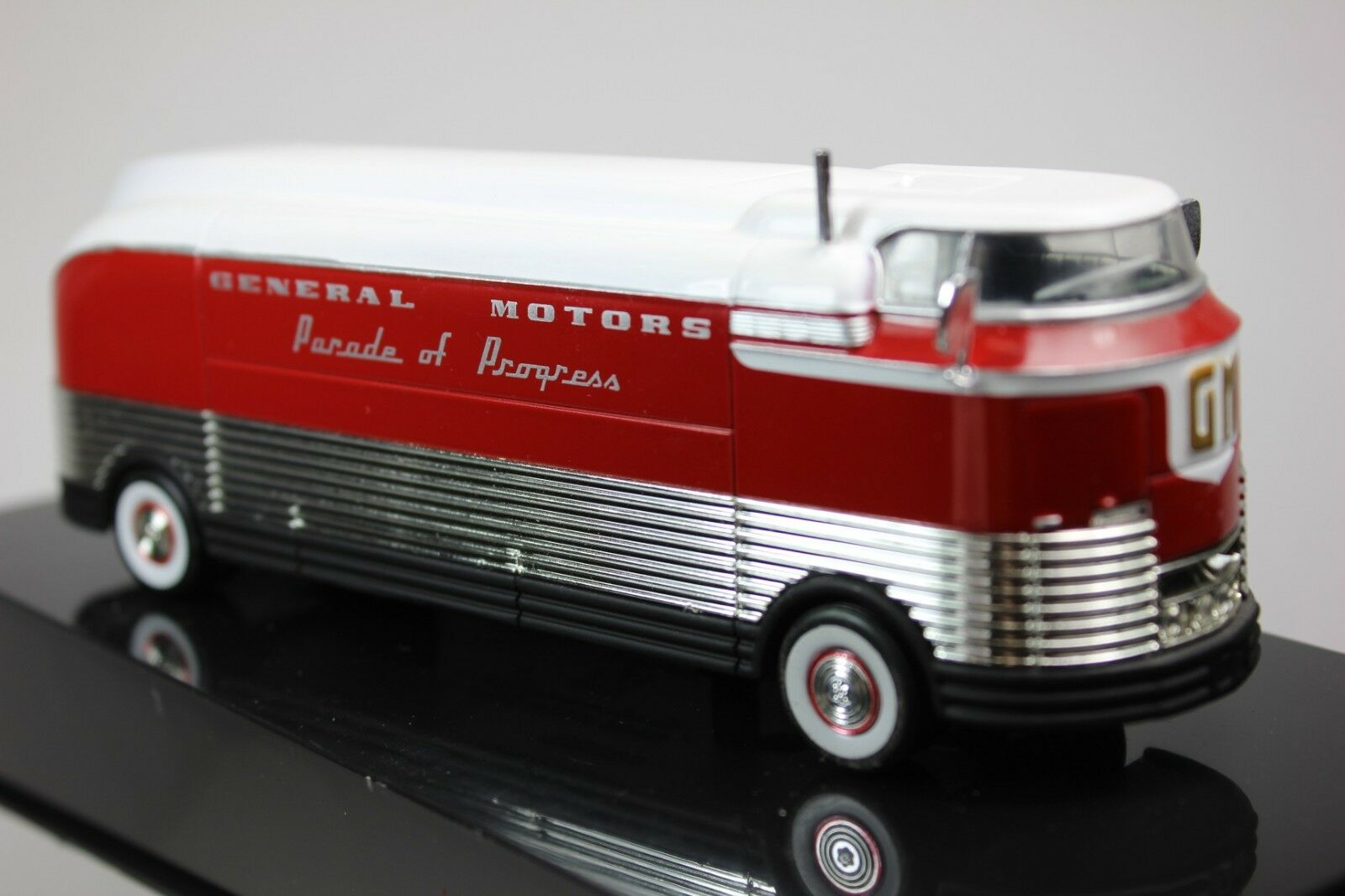 GENERAL MOTORS PARADE OF PROGRESS 1953 FUTURLINER BUS 1 64 SCALE