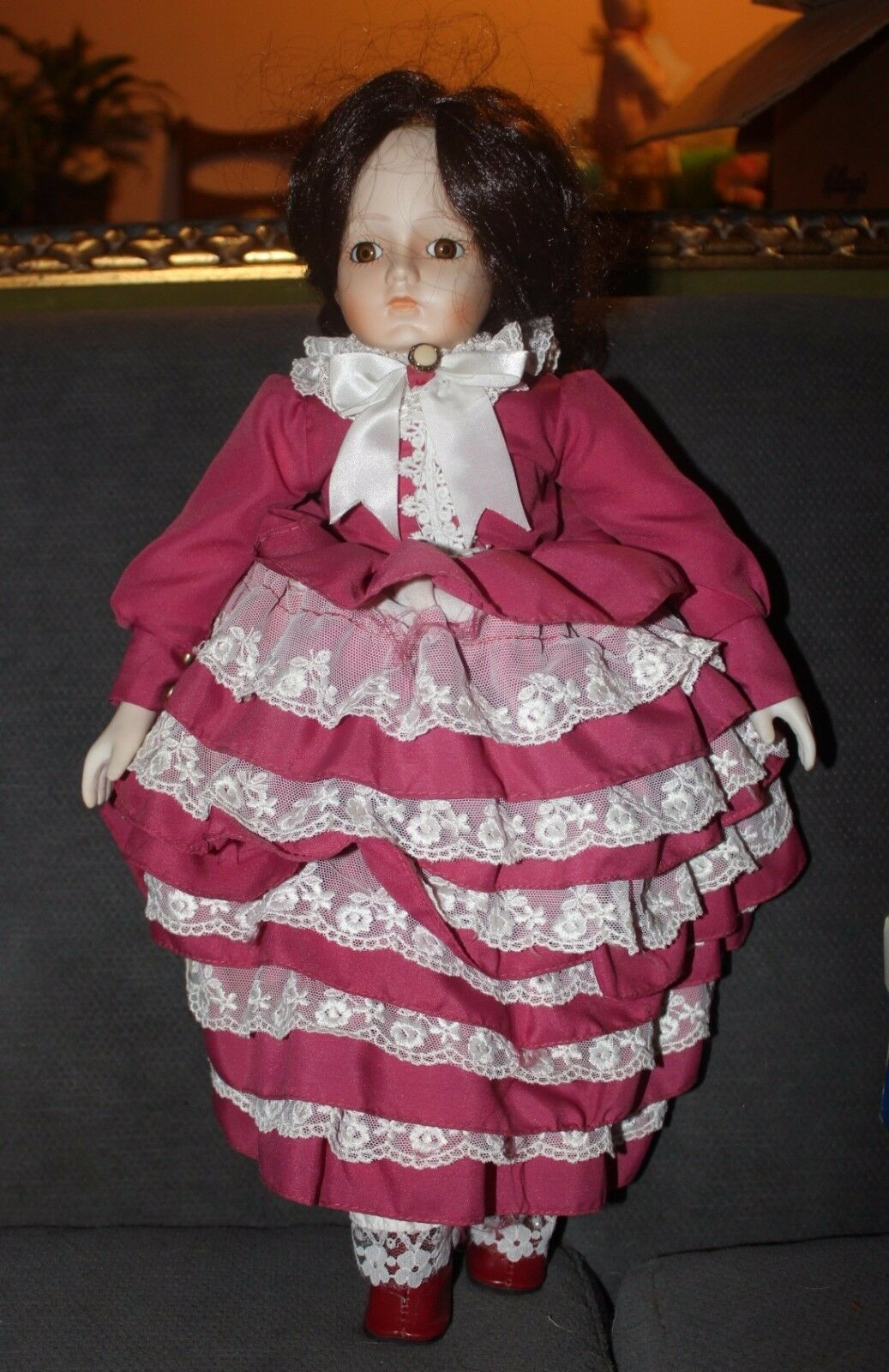 Marrone Hairosso & marrone Glass Eyes Porcelain & Cloth Doll Musical Unmarked 18