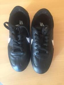 Nike-Herrenschuh-swoosh-schwarz