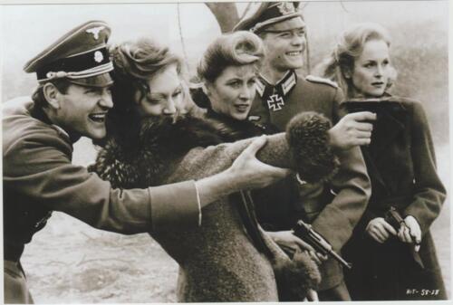 WW2 Officiers allemands apprenant à tirer à des jeunes femmes