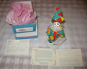1990-Madame-Alexander-Doll-Miniature-Showcase-305-Circus-Clown-in-Box-with-Stand