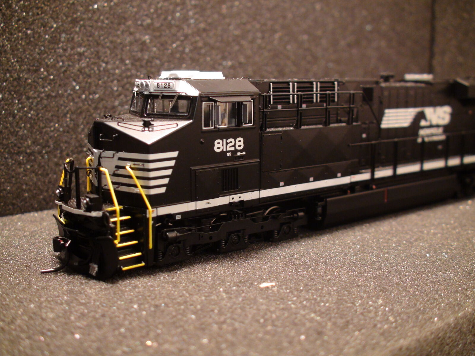 HO BROADWAY LIMITED 2810 GE ES44AC, NS Railroad Heritage Paint