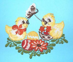 Plauener-Spitze-Fensterbild-2-Kueken-mit-Eiern-Blumen-mehrfarbig-15x13-cm-Ostern