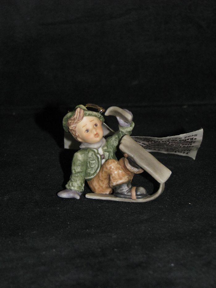 BERTA Hummel, petit personnage pour accrocher,  Just one ski left , motif personnage