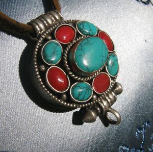 Sehr-schoenes-Tibet-AMULETT-GAU-GHAU-aus-NEPAL-SILBER-Koralle-Tuerkis