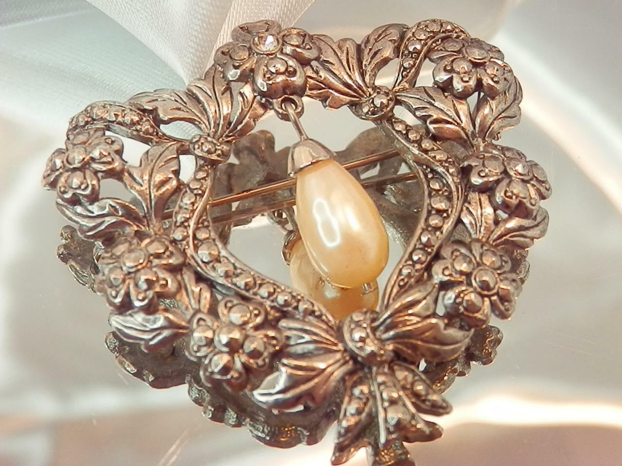 Detailed Ornate Heart Rhinestone Dangling Faux Pe… - image 2