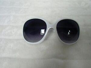 Grosses lunettes de soleil oversize branches monture blanche rétro pinup d5d0612c9669