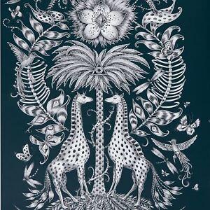 Emma-J-Shipley-Animalia-Kruger-Papier-Peint-Bleu-Marine-W0102-06-Girafe-Zebre