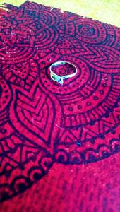 bague or 18 carats  tête de serpent, avec 2 rubis et zirconium
