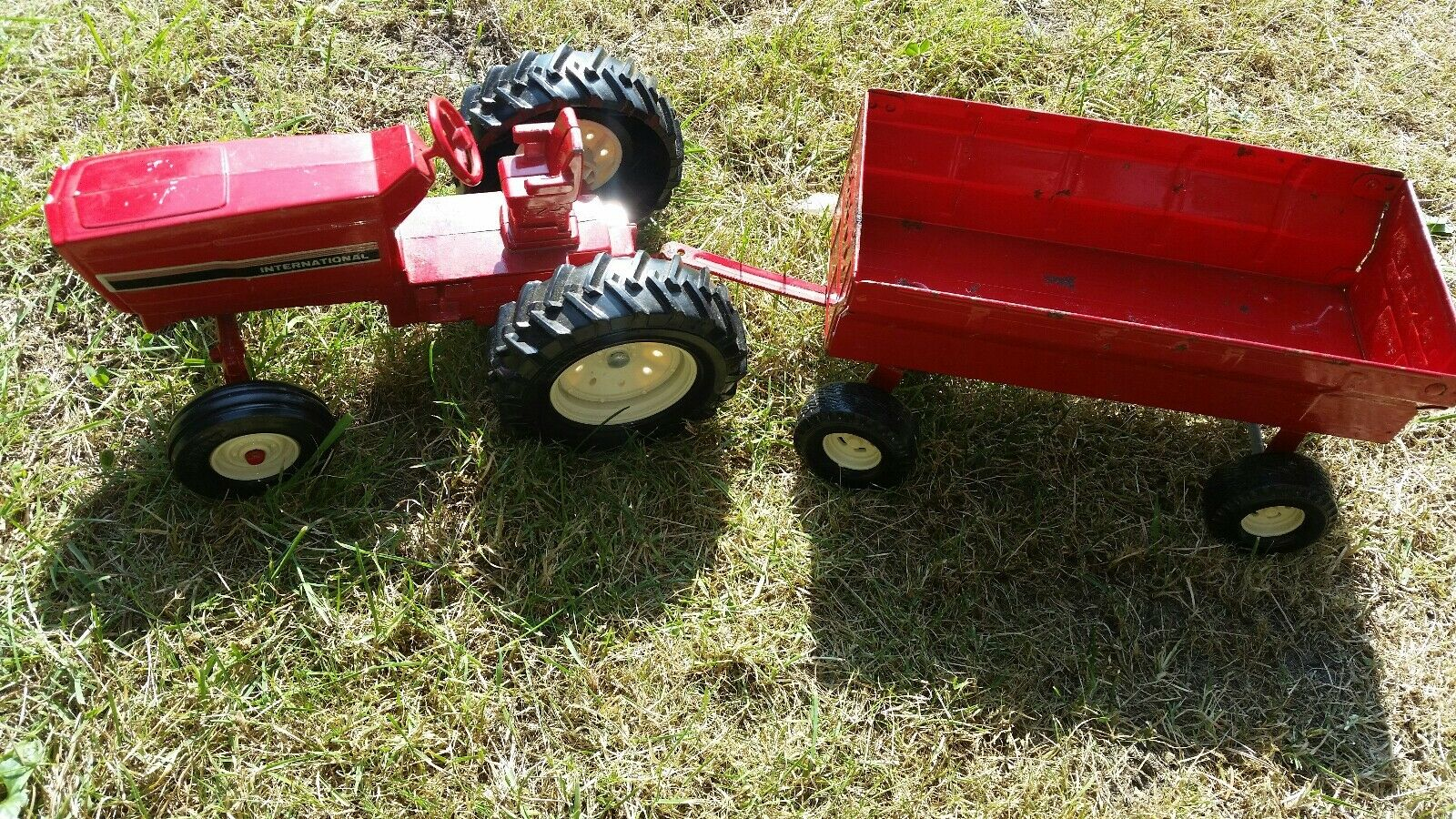 Vintage Ertl International Harvester Tractor & Steerable Trailer
