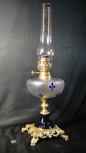 RARE-ET-SUPERBE-LAMPE-A-PETROLE-BOCAL-BACCARAT-FLEURS-DE-LYS-EMAILLEES-XIXE